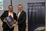"""European Innovation Award of the Caravaning Industry"" für Bürstner (v.l.): Produktmanager Markus Pangerl und Martin Vogt, Chefredakteur ""Reisemobil International""."