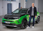 Opel-Marketingchef Albrecht Schäfer mit dem Mokka-e.