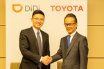 Vereinbaren eine Zusammenarbeit bei Ride Hailing in China (von links): Stephen Zhu, Vice President Didi Chuxing, und Shigeki Tomoyama, Executive Vice President der Toyota Motor Corporation.