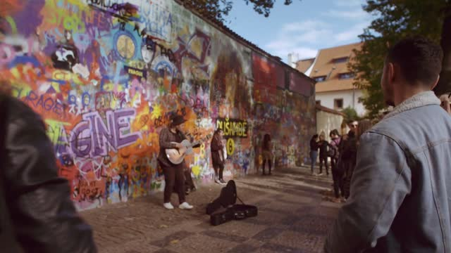An der Lennon Wall in Prag: Skoda Scala im Camouflage-Look des Street Artists Chemis.